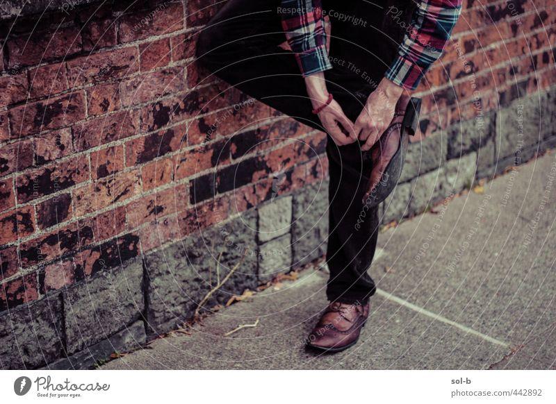 Mensch Jugendliche Stadt Erwachsene Junger Mann 18-30 Jahre Wand Mauer Stil Beine Mode braun maskulin elegant Schuhe Lifestyle