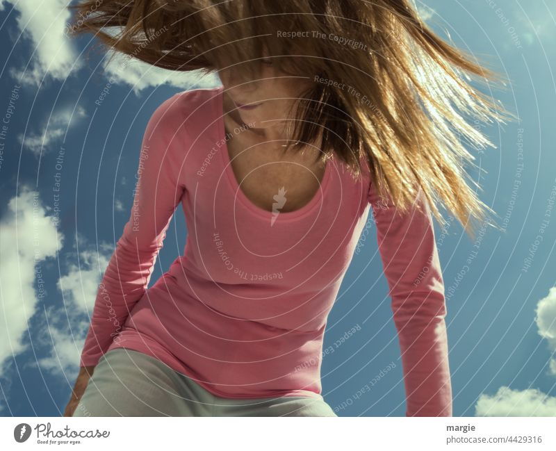 Eine Frau mit wehenden Haaren Frauengesicht Himmel Wolken Haare & Frisuren Junge Frau feminin Mensch Jugendliche Schlank TShirt Farbfoto Sonnenlicht Erwachsene