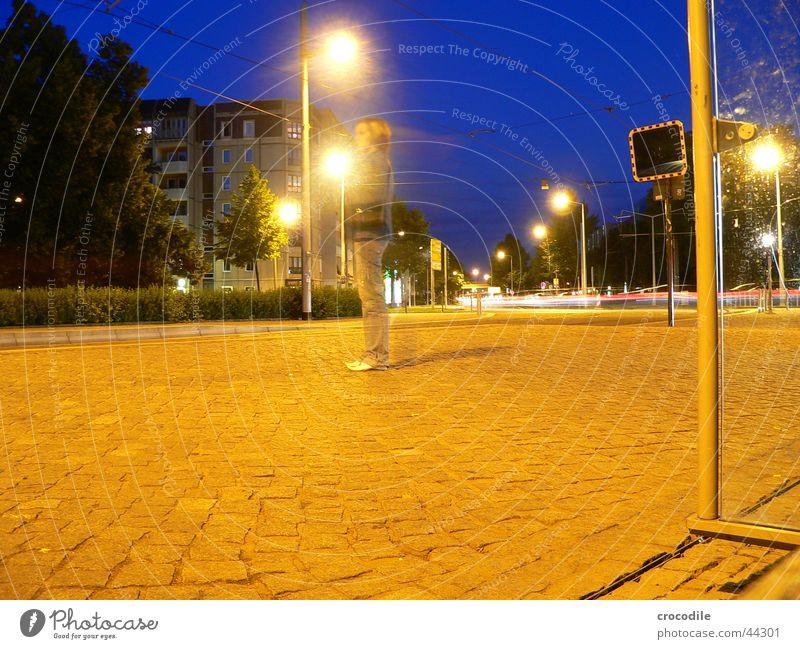 Blue sky Dresden Schulausflug Nacht dunkel schwarz gelb Frau Lampe Haus Langzeitbelichtung Abend blau Starße Pfosten Pflastersteine