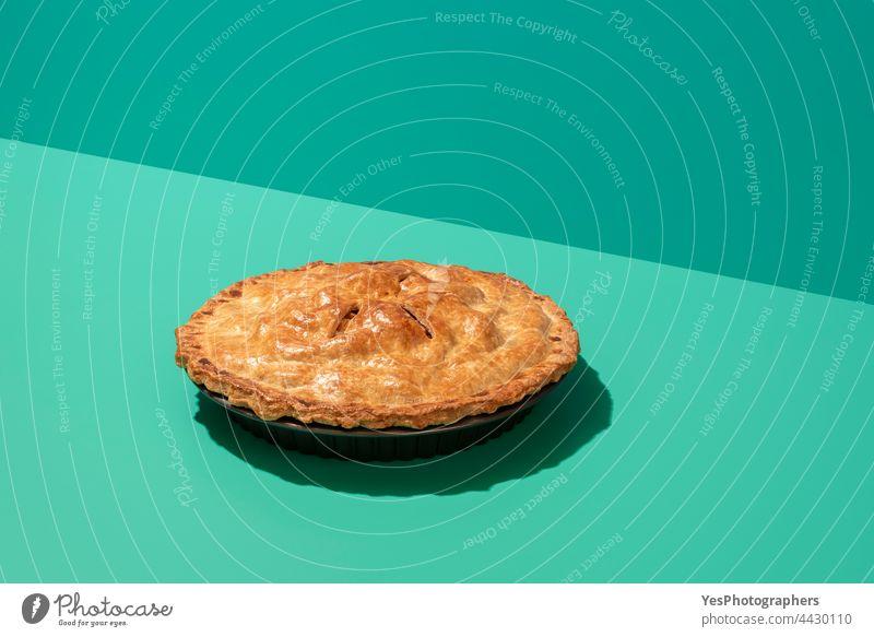 Apfelkuchen minimalistisch auf einem grünen Tisch in hellem Licht. Hausgemachter Apfelkuchen. oben Amerikaner Herbst Hintergrund gebacken Bäckerei Kuchen