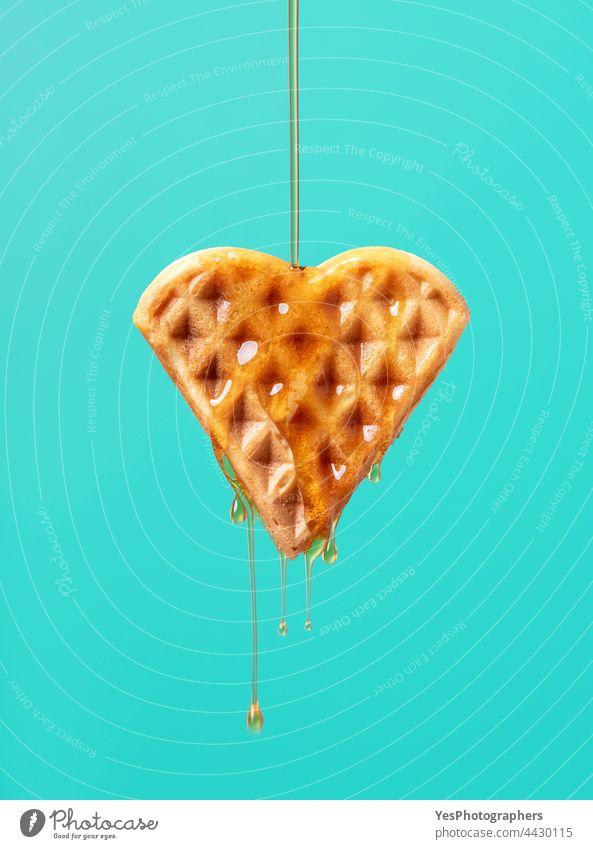 Waffel mit Ahornsirup isoliert auf einem grünen Hintergrund. gebacken Belgier Frühstück braun Kuchen Kalorien Karamell Nahaufnahme Farbe Textfreiraum