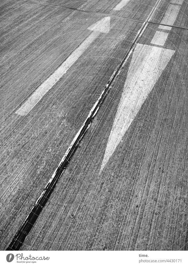 Gegengerade pfeil richtung verkehrszeichen orientierung beton schräg diagonal rauh oberfläche weiß streifen gegenläufig bitumen richtungswechsel muster strukur