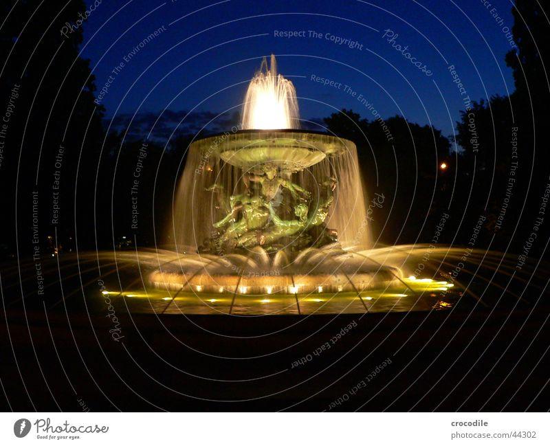 Brunnän Brunnen Nacht dunkel Beleuchtung gelb Dresden Schulausflug Langzeitbelichtung Wasser spritzen blau Abend hell