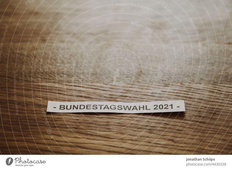 Bundestagswahl 2021 Schrift auf Holztisch mit Textfreiraum oben Demokratie Klimawahl Parlament Politik Schicksalswahl Textur Tisch Typografie Wahl Wahlkampf
