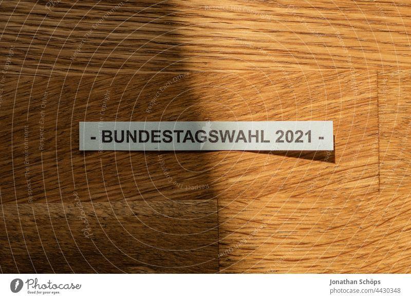Bundestagswahl 2021 Schrift auf Holztisch Besserung Demokratie Hoffnung Klimawahl Licht Parlament Politik Schatten Schicksalswahl Textur Tisch Typografie Wahl
