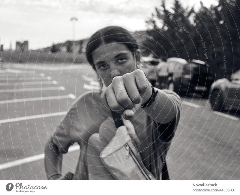 Teenager-Mädchen zeigt ihre Faust Kindheit Außenaufnahme junges Mädchen 8-13 Jahre Mensch Jugendliche Tag feminin Blick in die Kamera Leben brünett Porträt