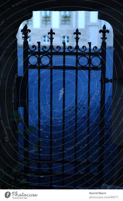 Himmelspforte Eingang Ausgang Gitter Park Eisen historisch Tor Tür blau Burg oder Schloss Versteck Schatten