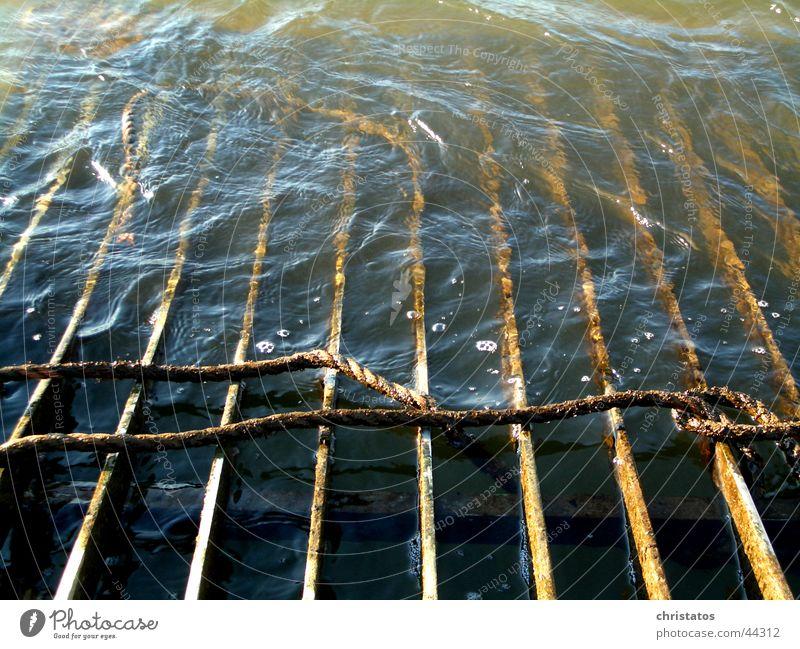 Rheinisches Kanalgitter Wasser braun Seil Industrie Fluss Stahl Rost Eisen Knoten Gitter trüb