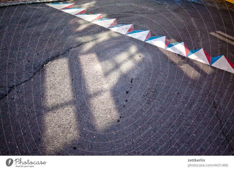 Kuriose Straßenmarkierung mit Lichtflecken dunkel gasse sommer stadt stadtkern torun tourismus touristik fahrbahnmarkierung straße radweg abbiegen asphalt