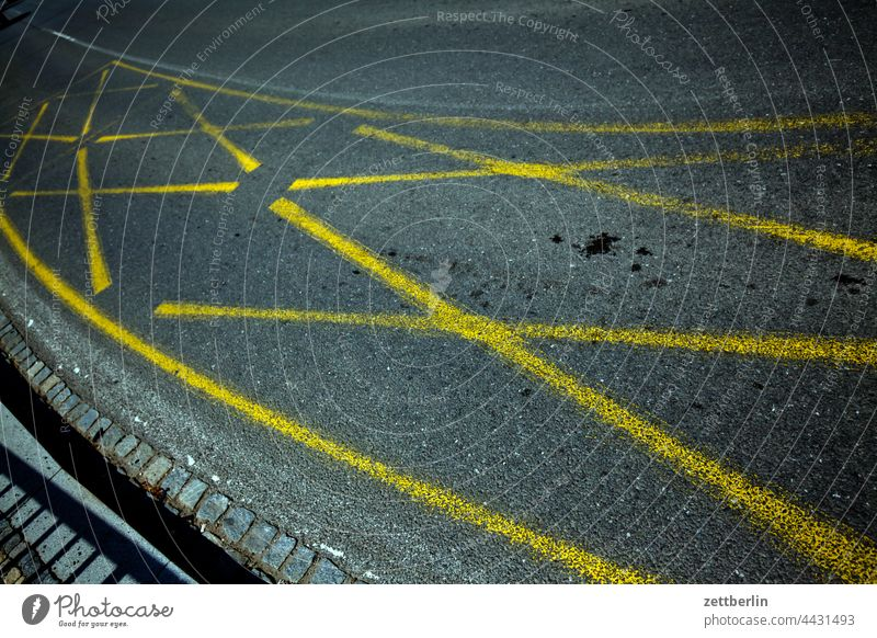 Straßenmarkierung fahrbahnmarkierung straße radweg abbiegen asphalt ecke fahrradweg hinweis kante kurve linie links navi navigation orientierung pfeil rechts