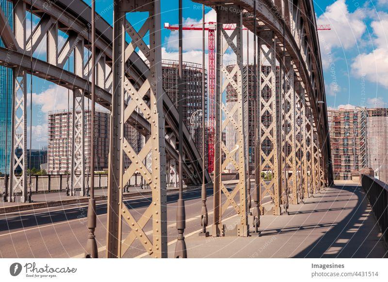 Bogenbrücke Honsellbrücke und Frankfurter Innenstadt Ostend. Luxuswohnungen im Bau mit Kran. Wolkenkratzer-Gebäude auf der Baustelle. Frankfurt am Main, Deutschland