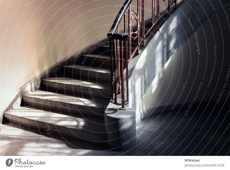 Niemand kann sich mehr daran erinnern, wohin diese Treppe führt lost place Treppenstufen Treppenhaus Wendeltreppe Geländer Licht Stufen Schatten vergessen