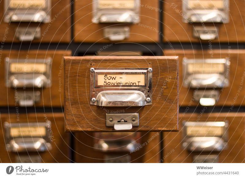 Das Karteisystem diente der Katalogisierung und der Suche von Büchern in der Bibliothek vor Einführung der Computer karteikarten Regale Kasten Kästen Karten