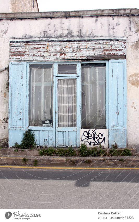 no parking schild im fenster tür eingang gardinen fassade holzverkleidung haus gebäude architektur graffiti parkverbot straße stufen unkraut zu geschlossen