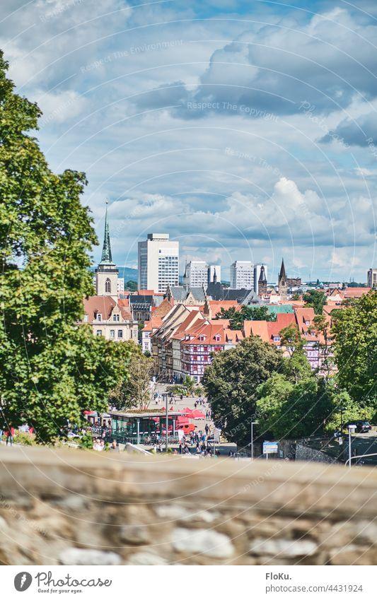 Blick über den Erfurter Domplatz Thüringen stadt Stadtzentrum Architektur Altstadt Tag Wolken Straße Platz Mauer Fassade Dächer Landeshauptstadt Sonnenschein