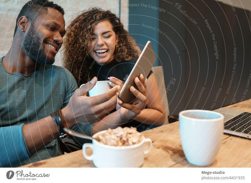 Ein Paar benutzt ein digitales Tablet beim Frühstück. jung Zusammensein Tablette im Innenbereich Lifestyle Quarantäne digitales Tablett Lebensmittel Küche