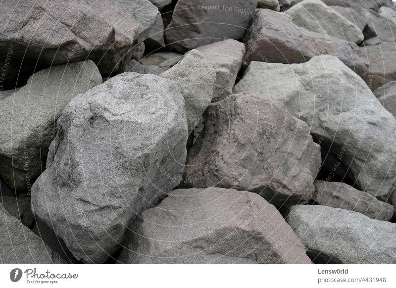 Große Felsen an der Küste Islands Hintergrund groß zerdrückt Staubwischen Ausgrabungen grau schwer Material Mine Mineral Muster Abbau Form Stein Oberfläche