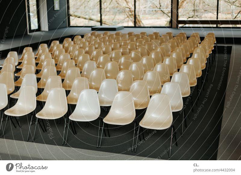 leere stühle Stühle Veranstaltung Event Stuhl abgesagt corona coronakrise pandemie Sitzreihe Bestuhlung Platz Menschenleer Stuhlreihe Sitzgelegenheit frei Reihe