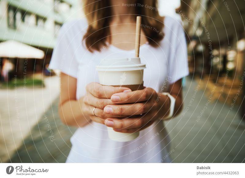 Frau geht in der Stadt spazieren und trinkt Kaffee zum Mitnehmen Tasse Papier trinken Spaziergang Großstadt Straße lässig sich[Akk] entspannen Freiheit Business