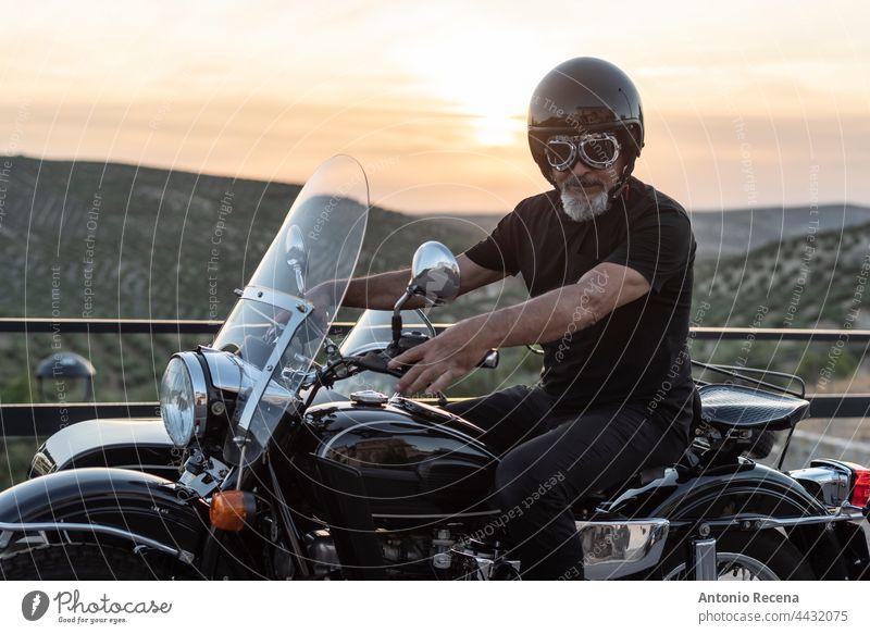 Reife Bikeron Seitenwagen Fahrrad reif Männer Erwachsener Beiwagen Person 60-65 Jahre nahöstlich Menschen Lebensstile Seitenansicht Profil Kinnbart Schutzhelm