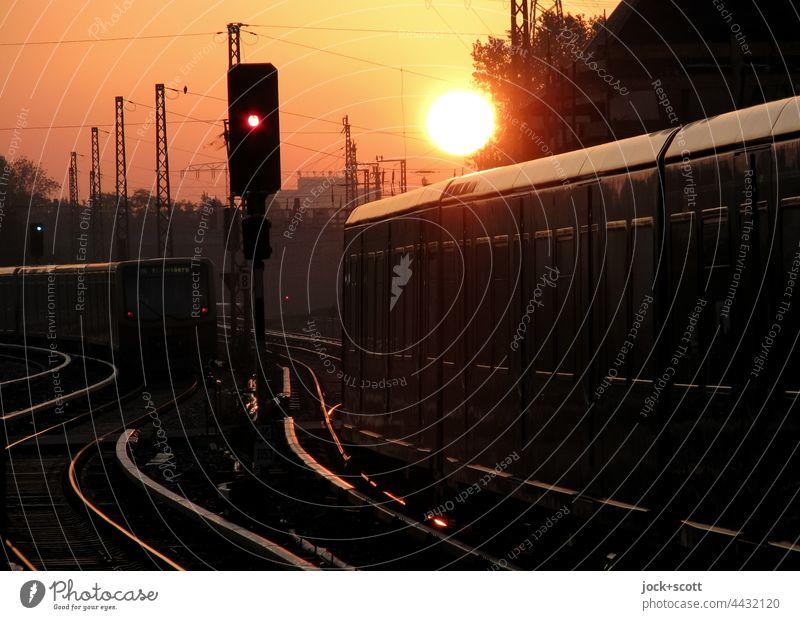 S-Bahn Berlin aus der Nacht und in den Tag Schienenverkehr Gleise Verkehrswege Verkehrsmittel Öffentlicher Personennahverkehr Gegenlicht Sonnenlicht Abend