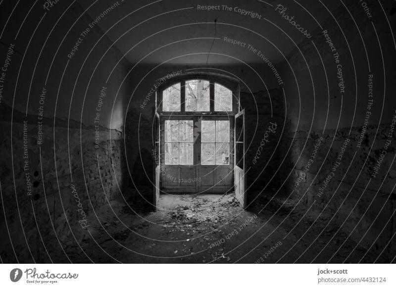 Doppeltür verloren in Zeit und Raum Architektur Ruine Endzeitstimmung Vergänglichkeit Wandel & Veränderung lost places Raumeindruck Heilstätte Zahn der Zeit