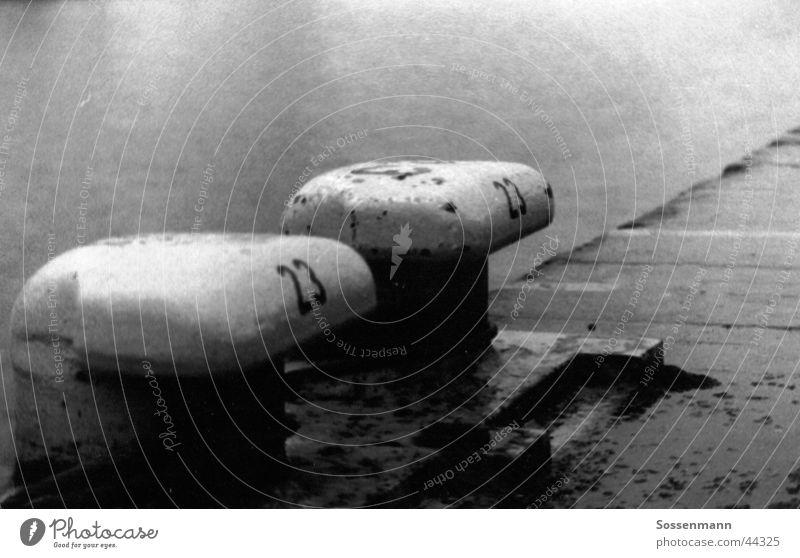 Hafen Anleger Wasser Meer Einsamkeit kalt Herbst grau Regen Schifffahrt Anlegestelle Ziffern & Zahlen Mole 23 Containerschiff
