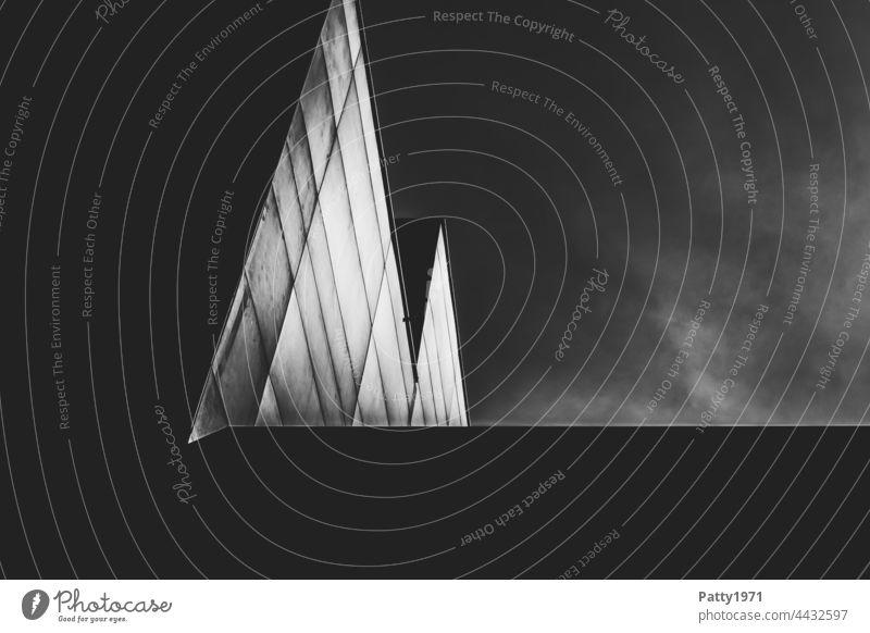 Modernes Gebäude aus der Froschperspektive. Kontrastreiche Linienstruktur durch Licht und Schatten an der Fassade Architektur Außenaufnahme Sonnenlicht