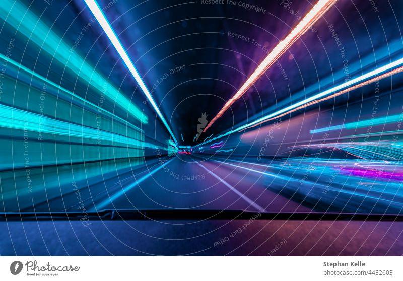 Highspeed underground drive - farbenfrohes Konzept für Rennen durch die Nacht und Überholen eines anderen Autos in einem Tunnel mit Bewegungsunschärfe-Effekt.