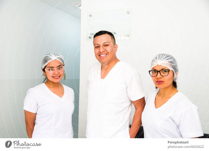 Porträt von drei Ärzten, die in die Kamera lächeln. medizinisch Arzt Medizin Erwachsener Hintergrund Gesundheit Instrument männlich Beruf Team Uniform Frau