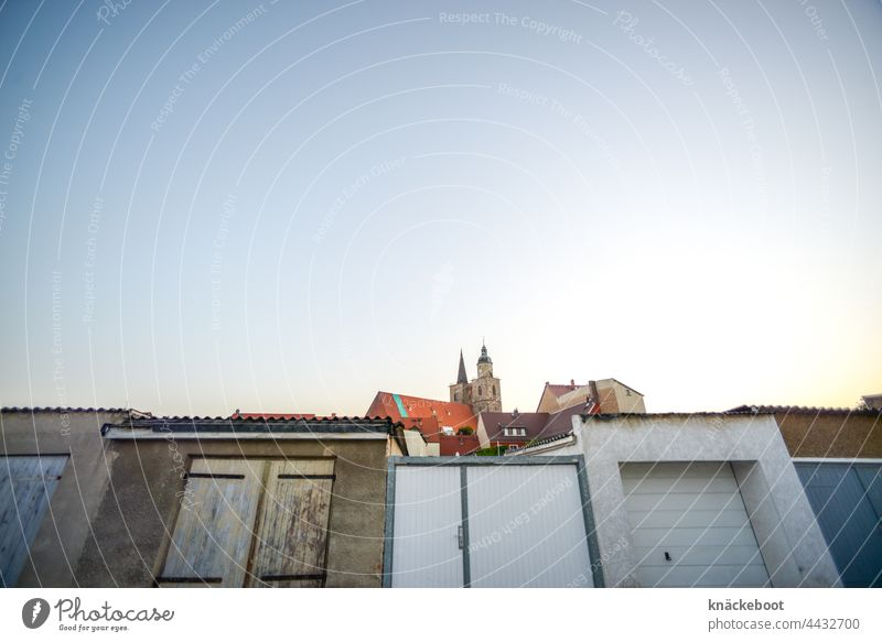 altstadt Altstadt historisch Menschenleer Fassade Garagen Kirchturm Kirche Himmel Textfreiraum oben Farbfoto Außenaufnahme Stadt Brandenburg Fläming Jüterbog
