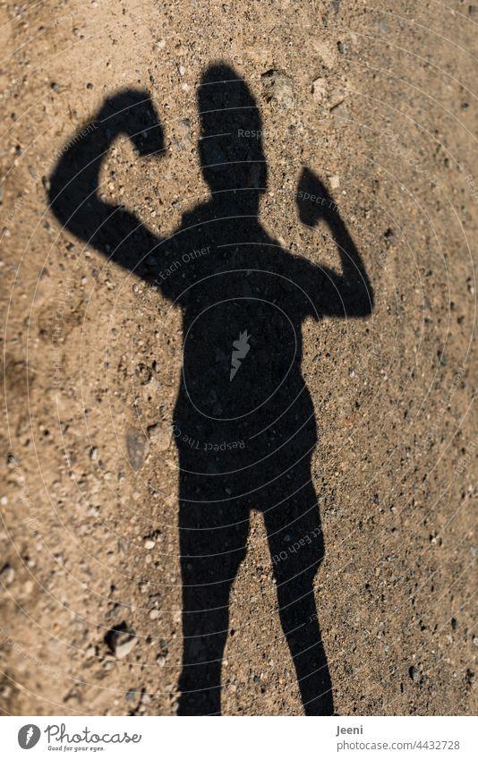 Eine Schattenfigur macht Kraftübungen Mensch Person Mann Frau Kind Junge Mädchen schattenfigur Schattenwurf Erwachsene Jugendliche Junger Mann Kindheit