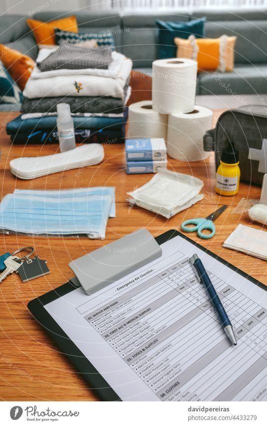 Notfallrucksack-Checkliste mit dem Nötigsten vorbereitet Notfallkoffer-Checkliste Rucksack niemand Zwischenablage Überprüfung Markierung Umkleiden