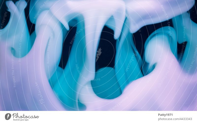 Wabernde Flüssigseife zerläuft. Abstrakter Hintergrund. Seife wabern weich organisch türkis lila Nahaufnahme abstrakt psychedelisch Flüssigkeit