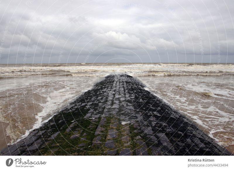 pfad ins meer buhne nordsee wellenbrecher damm strand himmel wolken wasser weg steg wind wolkig horizont küste landschaft natur wetter klima meeresspiegel