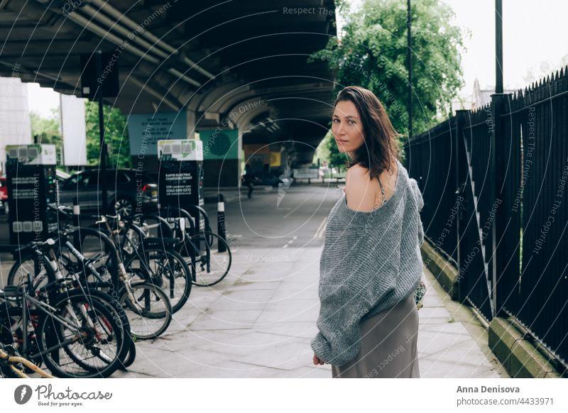 Junge Frau auf den Straßen von London modisch Netzbeutel Pullover Seide Rock grau Stilrichtung Mode stylisch Model im Freien hübsch schön Kaukasier trendy