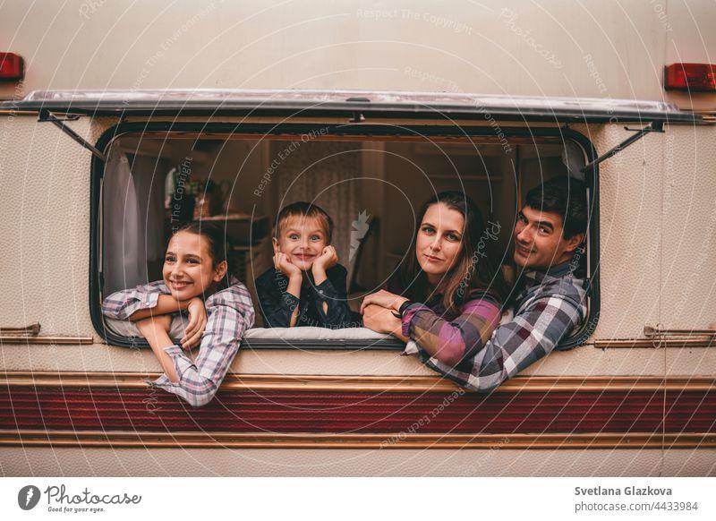 Glückliche Familie auf einem Campingausflug zur Entspannung im Herbstwald. Wohnmobil-Anhänger. Herbstsaison Ausflug ins Freie fallen Natur Vater Mutter