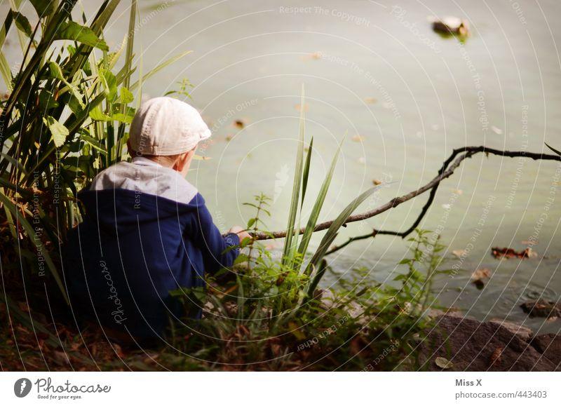 Liebling Freizeit & Hobby Spielen Angeln Kinderspiel Mensch Junge Kindheit 1 3-8 Jahre Natur Sträucher Park Küste Teich See sitzen warten niedlich Stimmung