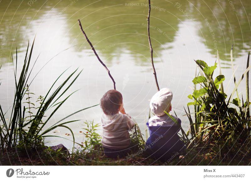 Auswerfen Mensch Kind ruhig Gefühle Spielen Küste See Freundschaft Stimmung Zusammensein Park Freizeit & Hobby Kindheit sitzen warten Schönes Wetter
