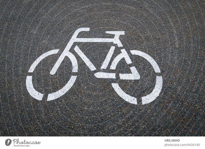 auf den dunklen Asphalt ist das Symbol von einem weißen Fahrrad gemalt damit der Fahrradfahrer die Fahrspur einhält dunkel grau Verkehr Weg Fahrradfahren Straße