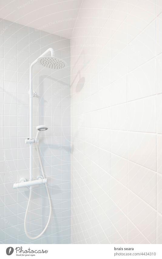 Dusche auf weiß gefliestem Bad Duschkopf Spa Erholung niemand Hardware Baumarkt aktualisieren Wasser Reformation Heimat reformieren Laden bricolage