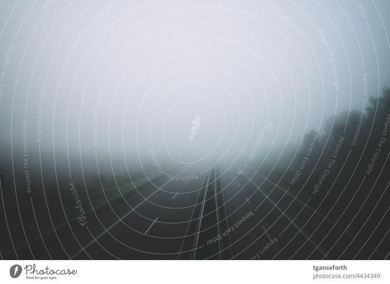 Autobahn im Nebel leer Straße Landschaft Asphalt Verkehr reisen Nebelstimmung Nebelwand morgens Morgennebel Morgenstimmung Menschenleer Außenaufnahme ruhig