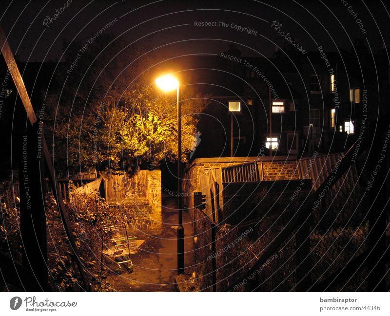 Gasse Elendsviertel Angst Rinnstein Nacht dunkel Laterne Einkaufswagen Müll gelb Licht Sackgasse trist Sorge Panik dreckig Lichterscheinung Kontrast Treppe