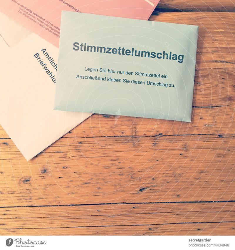 Eine Entscheidung herbeiführen. Wahlen Wahlzettel Deutschland Stimmzettel Umschlag Stimmzettelumschlag Briefwahl Politik & Staat wählen demokratisch Farbfoto
