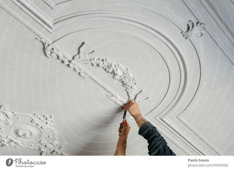 Nahaufnahme Mann bei der Arbeit mit Stuck Stuckdecke Innenaufnahme Licht Menschenleer Farbfoto Lampe Zimmerdecke Architektur Dekoration & Verzierung