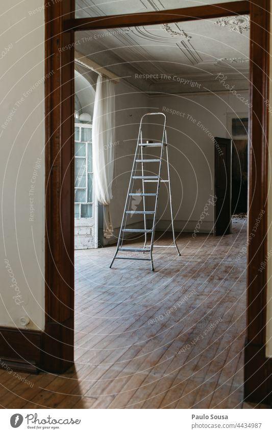 Leiter im leeren Raum Laufmasche Baustelle Konstruktion Umbauen Arbeit & Erwerbstätigkeit Wand Architektur Bauwerk Renovieren Wandel & Veränderung