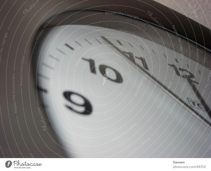 5 vor 12 Uhr Wand analog Häusliches Leben Uhrenzeiger Makroaufnahme ruhig