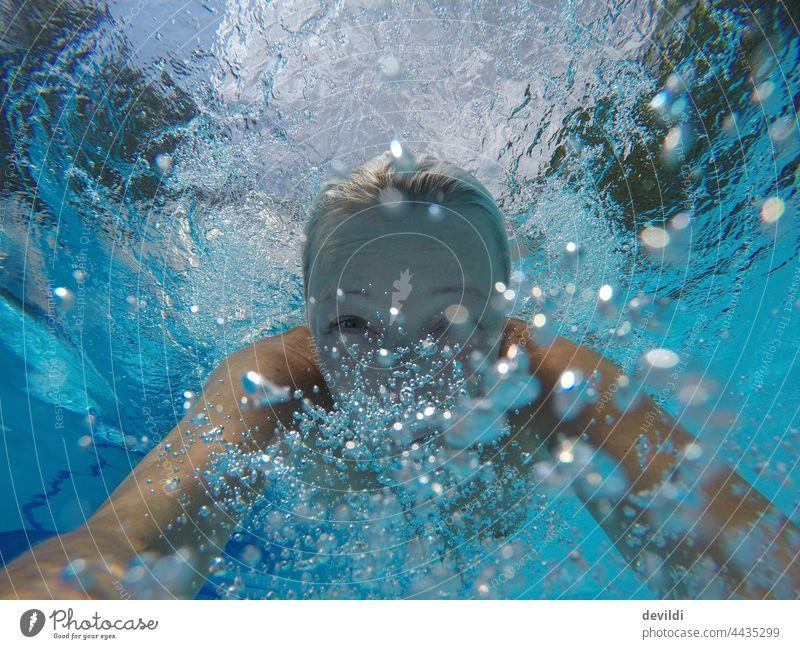 Frau im Pool tauchend pool swinningpool Mädchen Spaß haben fun Schwimmen & Baden Schwimmbad Unterwasseraufnahme blau Sommer Sommerurlaub Licht Sonnenlicht