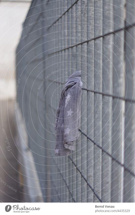 Sternenbanner Zaun sternenbanner Tuch verloren Stoff grauingrau Absperrung zink silber Metallzaun Gitter Außenaufnahme Schutz Sicherheit Barriere Linie