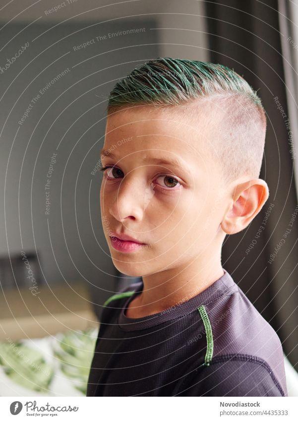 Porträt eines 8-jährigen Jungen mit grünen Haaren Gesicht Mensch Kind Kindheit Kaukasier niedlich grünes Haar schön jung lässig gutaussehend Behaarung